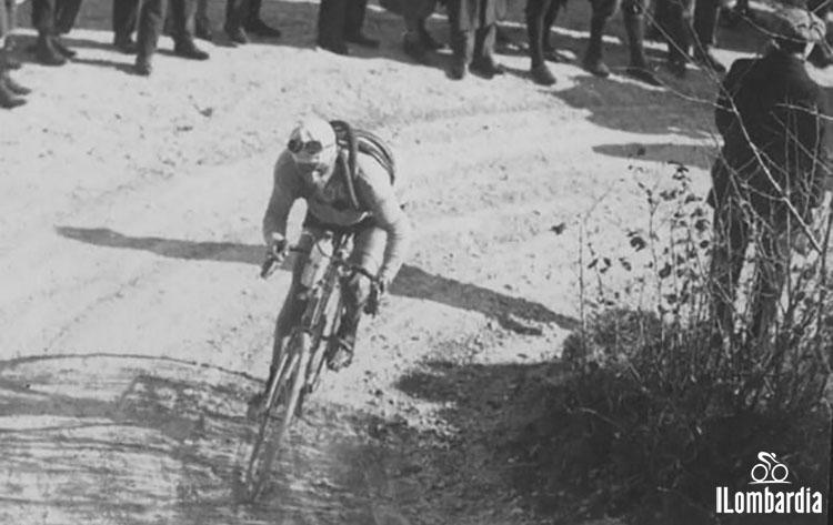 Il corridore Alfredo Binda al Giro di Lombardia in sella alla sua bici mentre affronta una salita