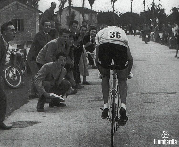 Il corridore Fausto Coppi al Giro di Lombardia mentre affronta la salita