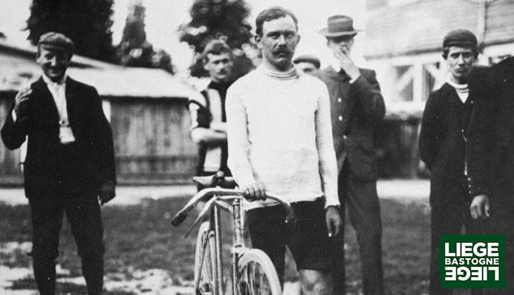 Una foto del primo vincitore della corsa Liegi-Bastogne-Liegi nel 1892 va a Lèon Houa