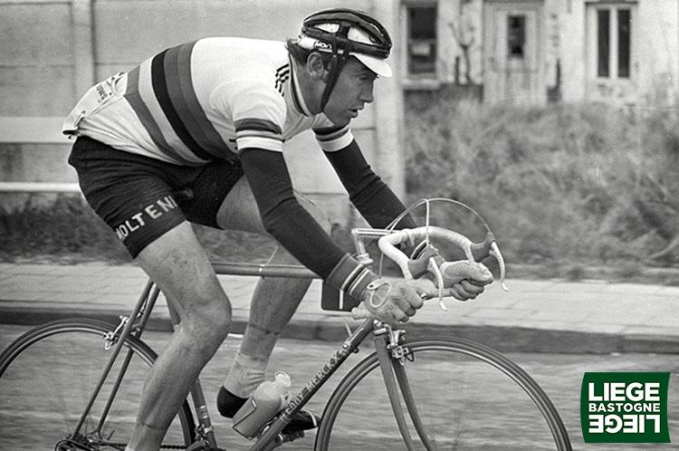 Una foto con il pluricampione Eddy Merckx che vince la Liegi-Bastogne-Liegi per cinque volte