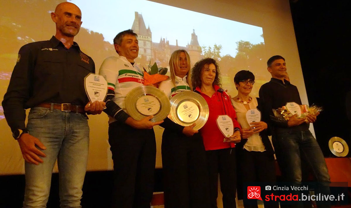 Foto di gruppo con i randonneur premiati nel 2019