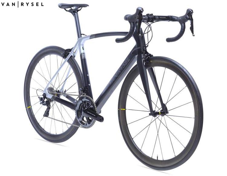 Una bici da corsa Van Rysel Ultra CF 2020
