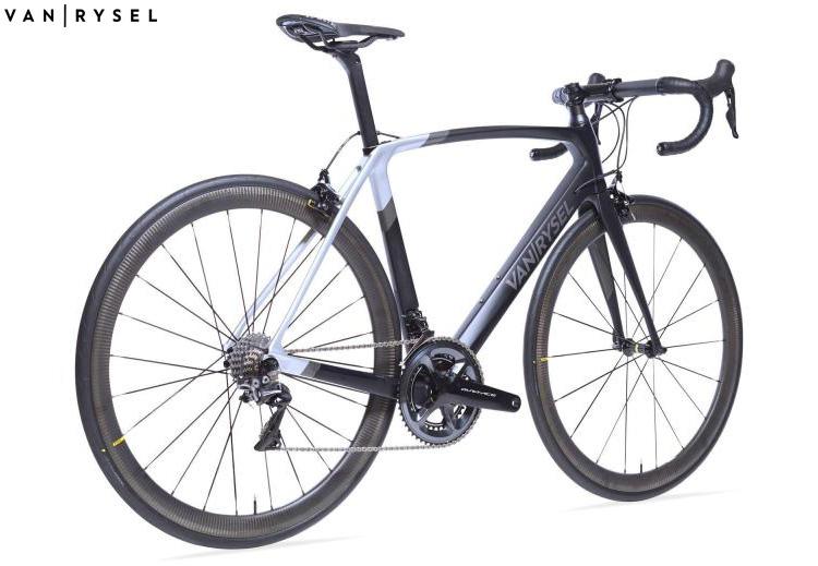 La bicicletta da corsa Van Rysel Ultra CF anno 2020
