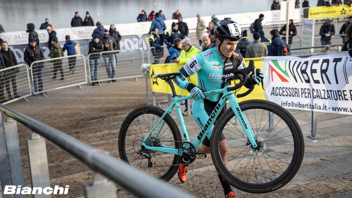 Ciclista con bici Bianchi durante una gara cyclocross