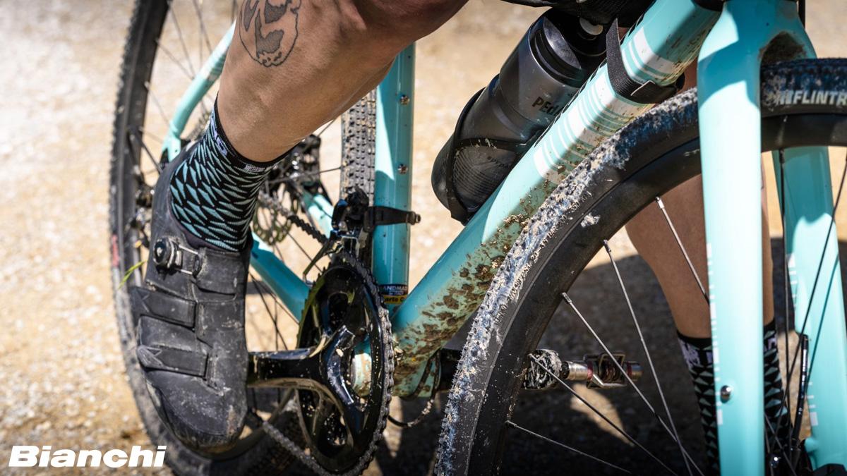 Dettaglio di una bici Bianchi sporca di fango