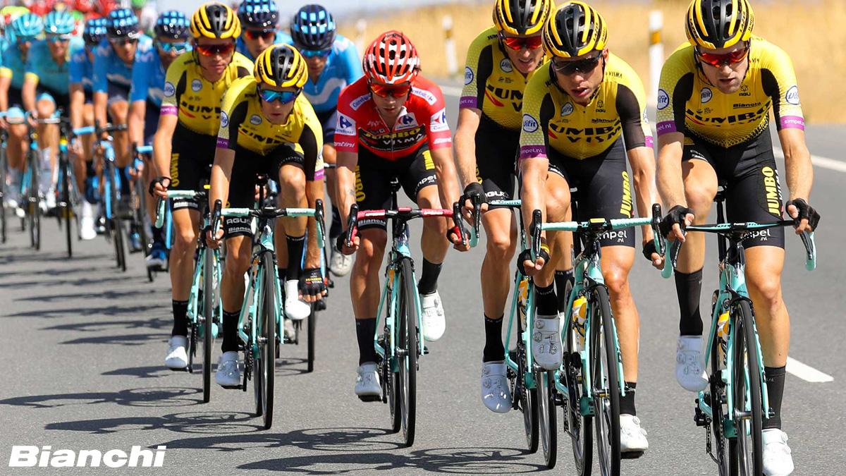 Ciclisti professionisti in sella a bici da strada Bianchi