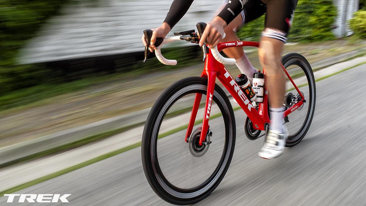 Ciclista in sella a bici da strada Trek 2020