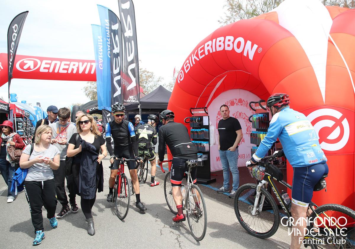 Tanta gente a passeggio tra gli stand del Cervia Cycling Expo