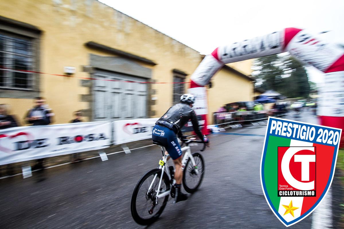 Ciclista in gara nella Granfondo De Rosa Firenze