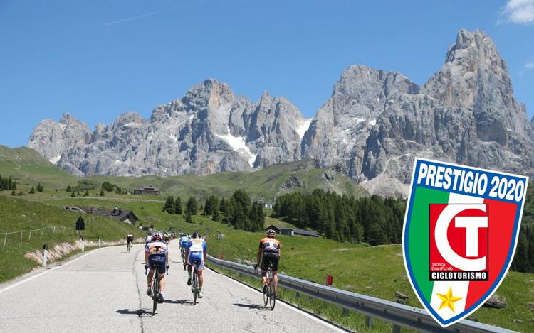 Ciclisti in gara nella Granfondo Sportful Dolomiti Race