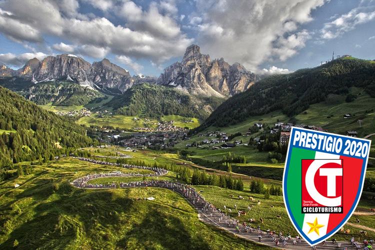 Strade piene di ciclisti in gara nella GF Maratona delle Dolomiti
