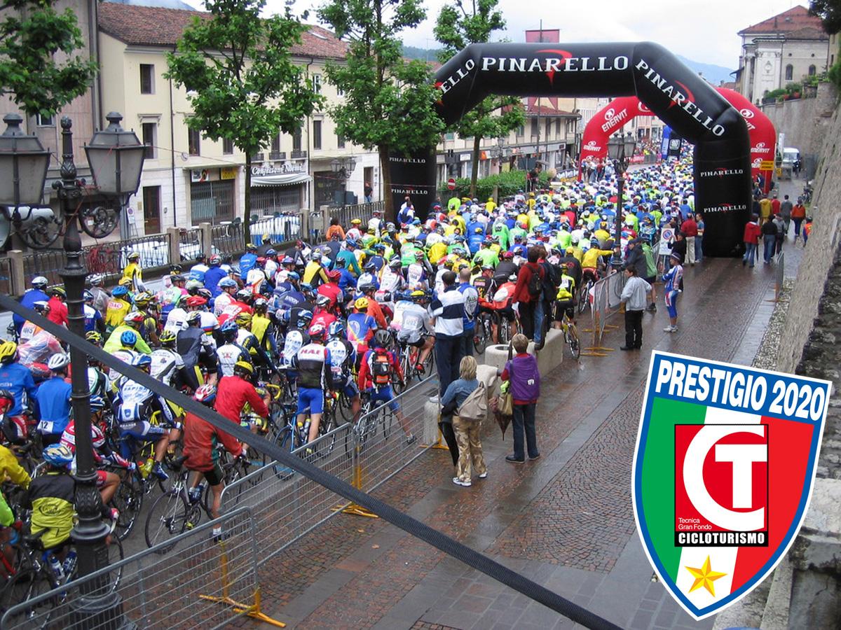 Ciclisti in gara nella Granfondo Pinarello
