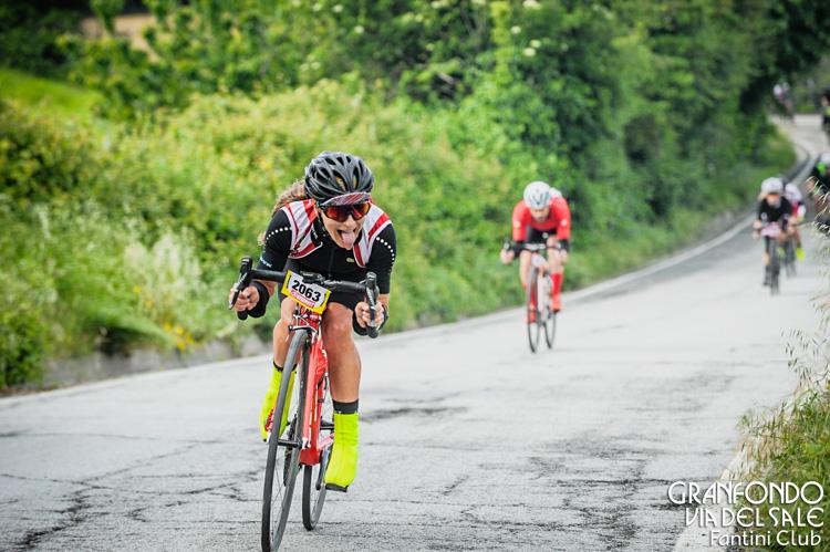 Ciclista donna in gara alla GF Via del Sale