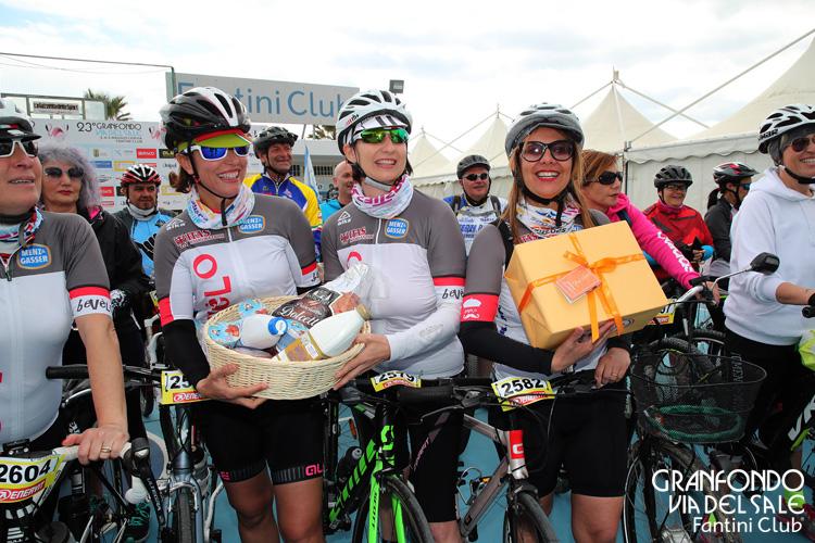Cicliste con doni alla GF Via del Sale
