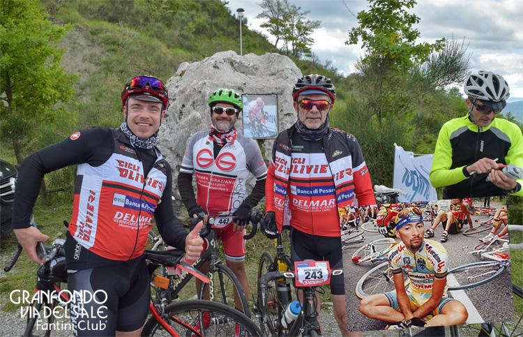 Ciclisti rendono omaggio al Campione Marco Pantani sulla Cima Pantani
