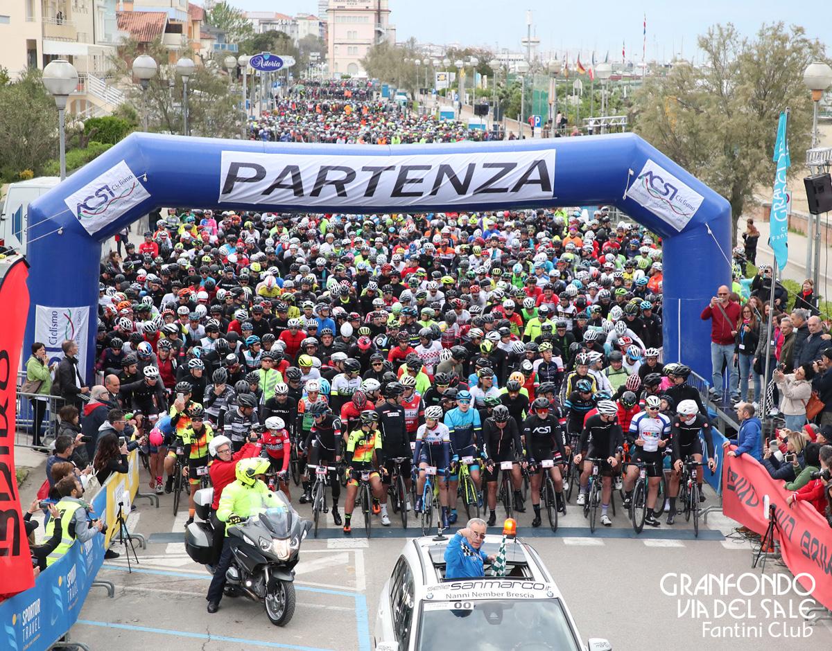 Ciclisti e biciclette alla partenza della GF Via del Sale Fantini Club