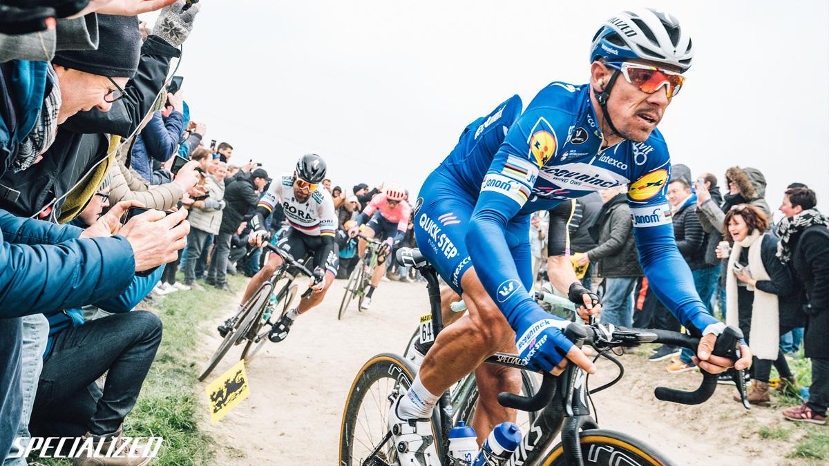 Peter Sagan in sella a una bici da corsa Specialized durante una gara UCI World Tour
