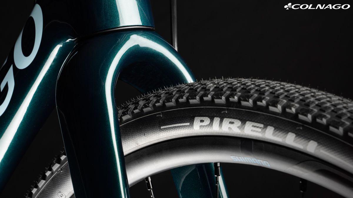 La bici Colnago G3x con pneumatici e forcella modificati