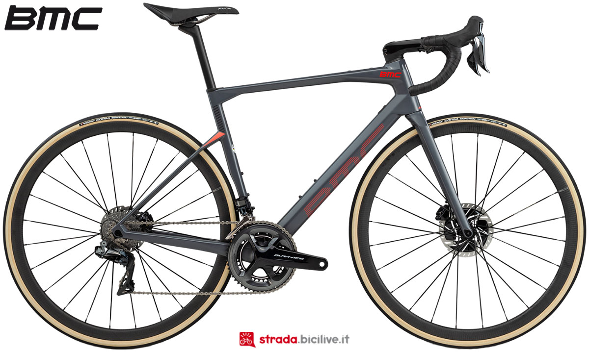 Una bici BMC Roadmachine 01 Two 2020