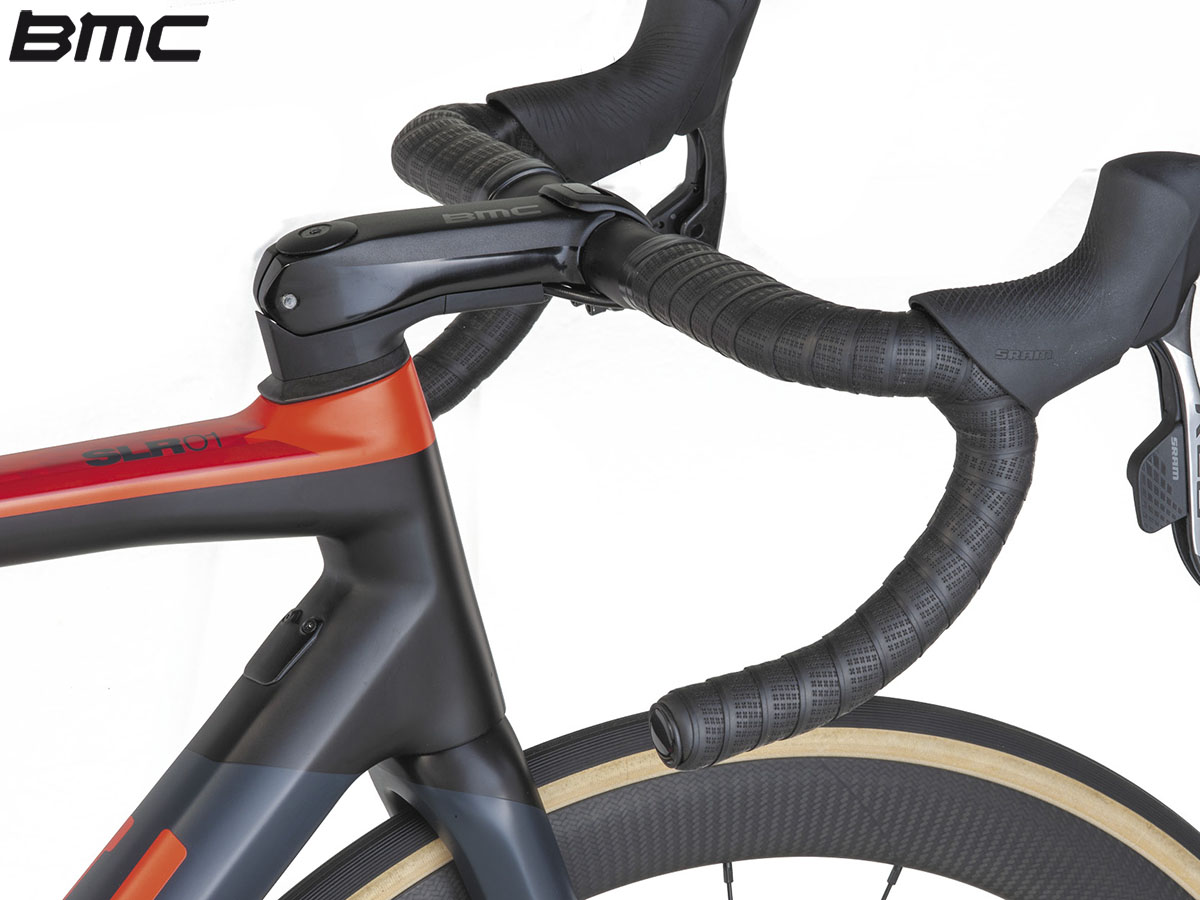 Una bici BMC Teammachine SLR01 Disc One con integrata la tecnologia Integrated Cockpit System 2020