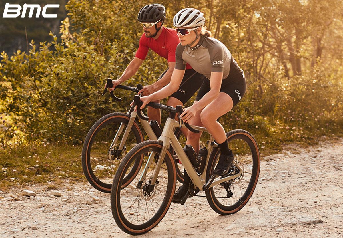 Ciclisti che vanno in bici con la Bmc URS One Gravel 2020