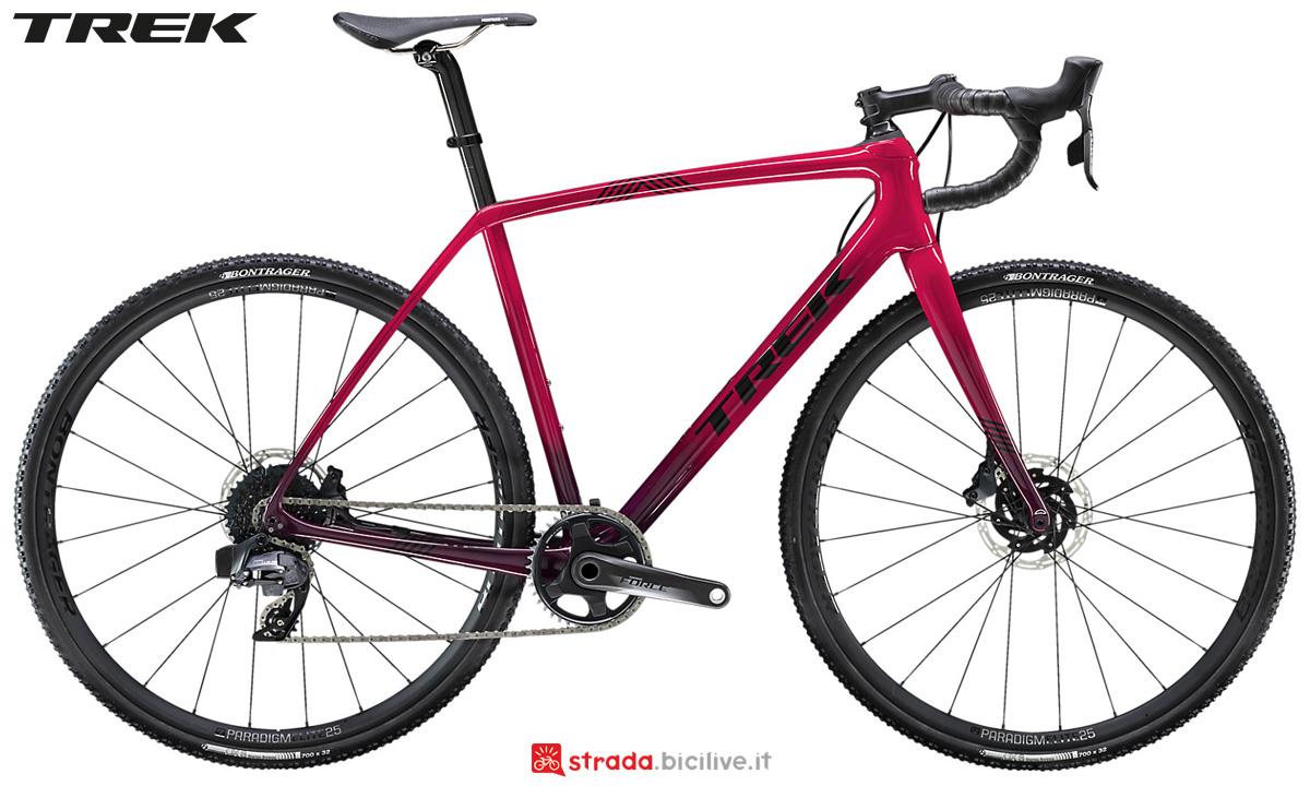Una bici da ciclocross Trek Boone 5 Disc 2020 con gruppo trasmissione SRAM Rival 1
