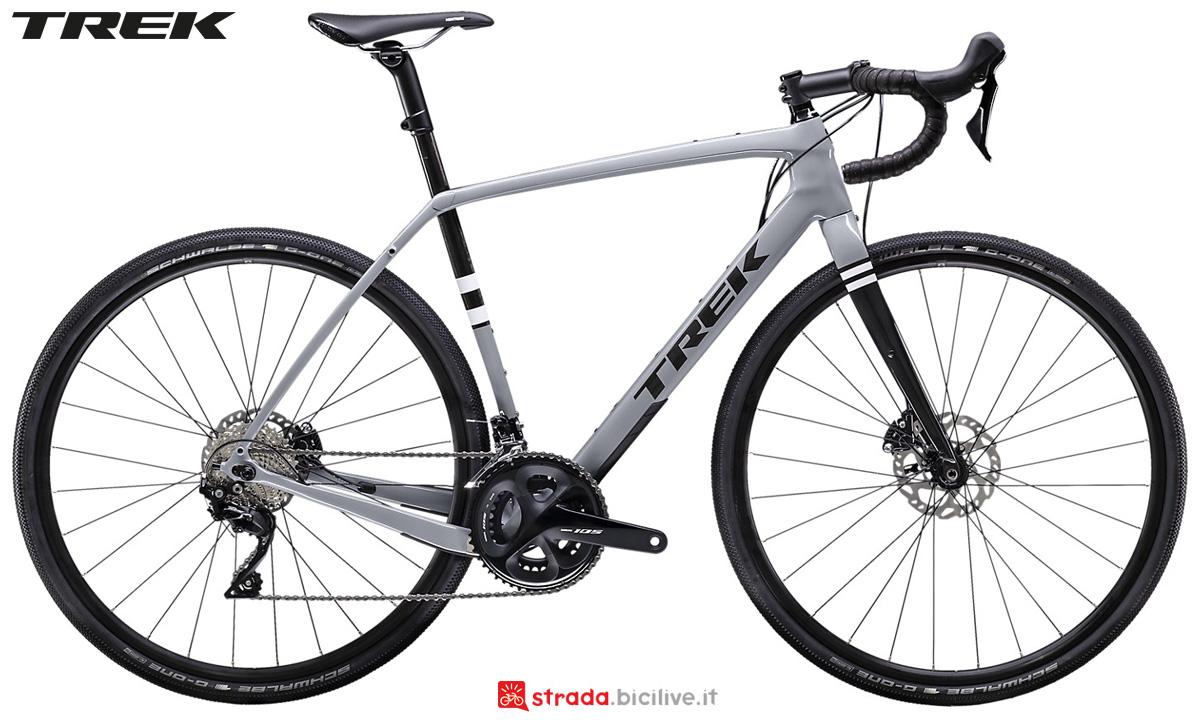 Una bici da strade bianche Trek Checkpoint SL 5 2020 con cambio Shimano 105