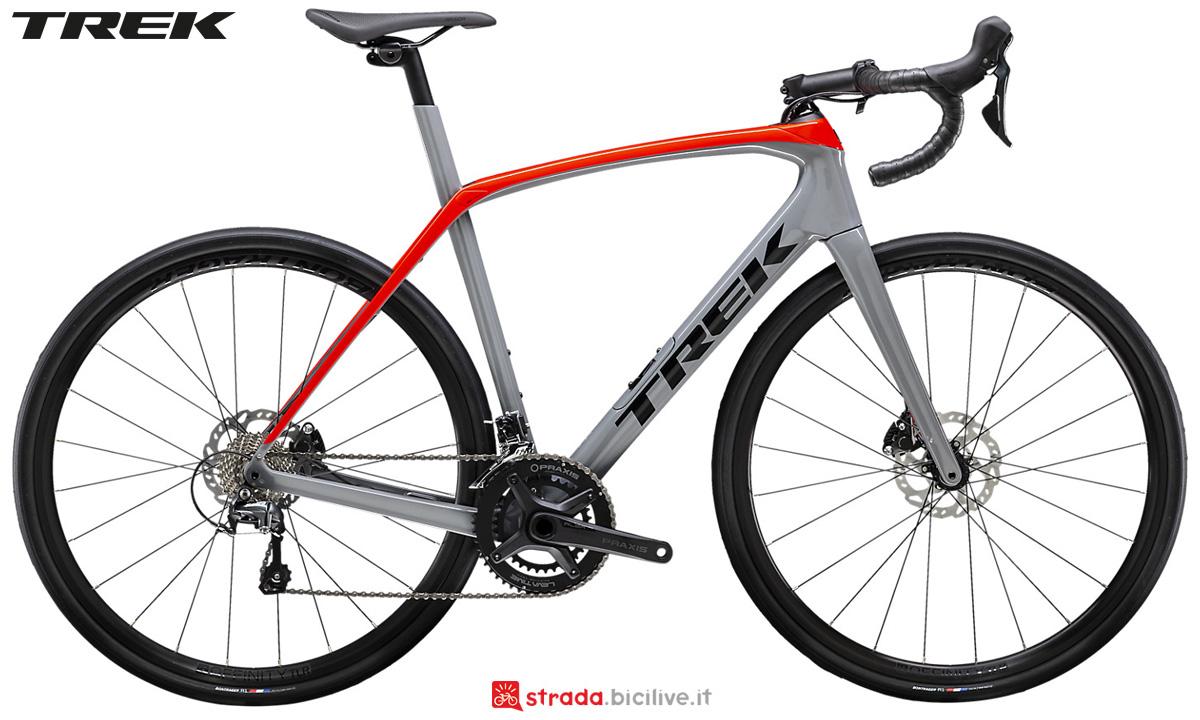 Una bicicletta Trek Domane SL 4 Disc 2020 con Shimano Tiagra