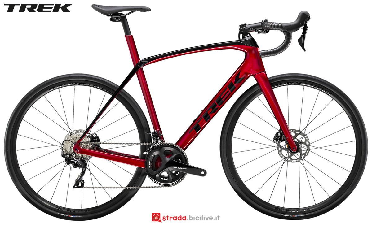 Una bici da corsa Trek Domane SL 5 Disc 2020 con trasmissione Shimano 105