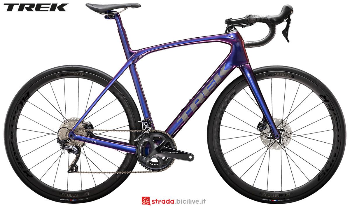 Una bicicletta da strada Trek Domane SLR 6 Disc 2020 con cambio Shimano Ultegra