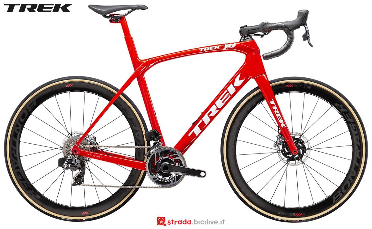 Una bici da corsa Trek Domane SLR 9 Disc 2020 con cambio SRAM Red eTap Disc