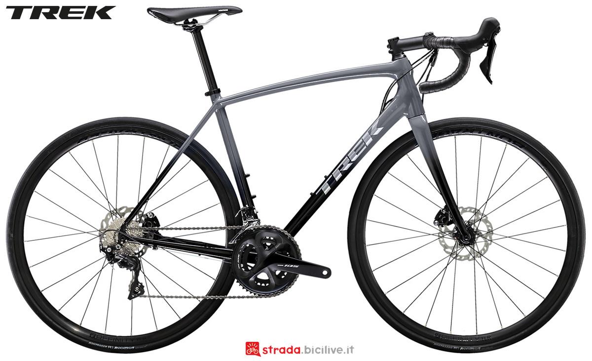 Una bici da strada Trek Emonda ALR 5 Disc 2020 con cambio Shimano 105