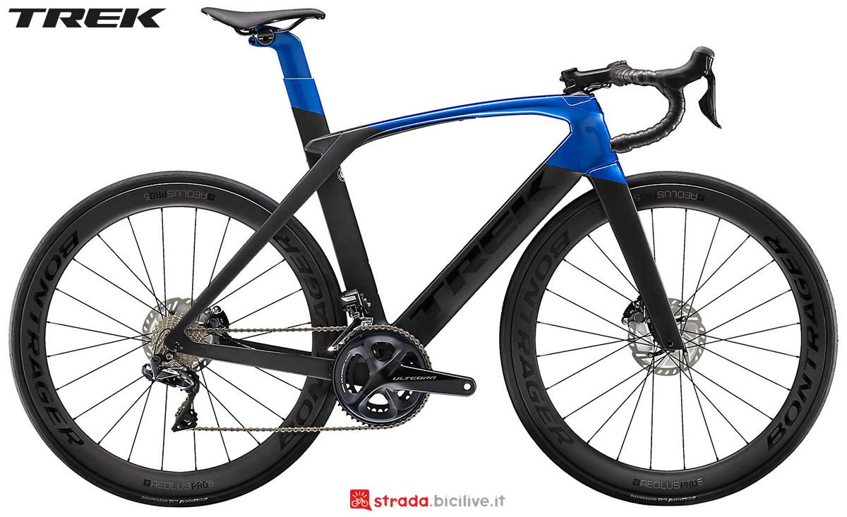 Una bici da corsa Trek Madone SL 7 Disc 2020 con cambio Shimano Ultegra Di2