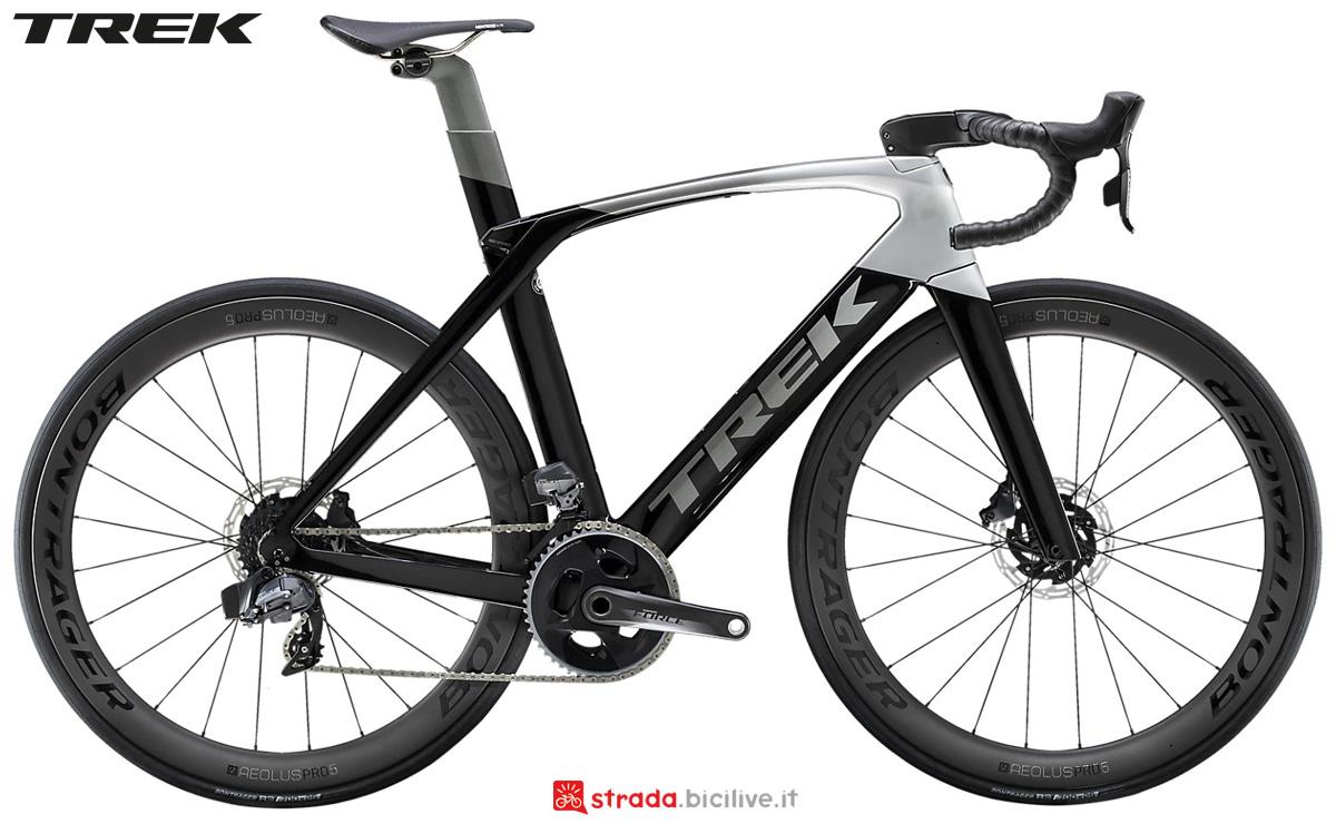 Una bicicletta da corsa Trek Madone SLR 7 Disc 2020 con SRAM Force eTap AXS