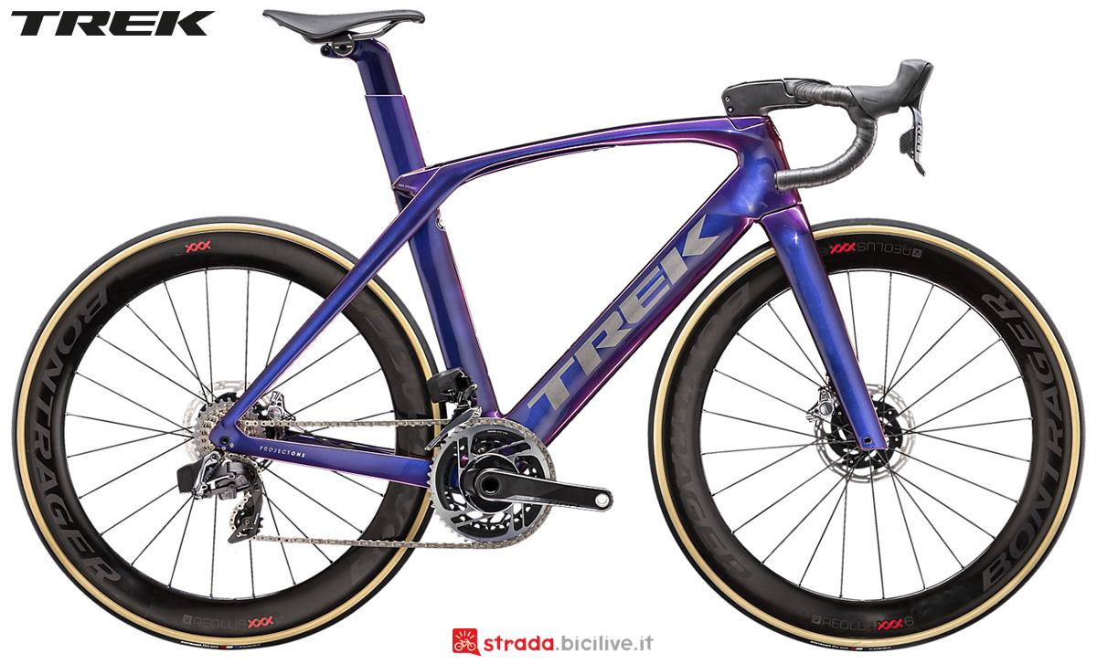 Una bici da corsa Trek Madone SLR 9 Disc 2020 con SRAM Red eTap AXS