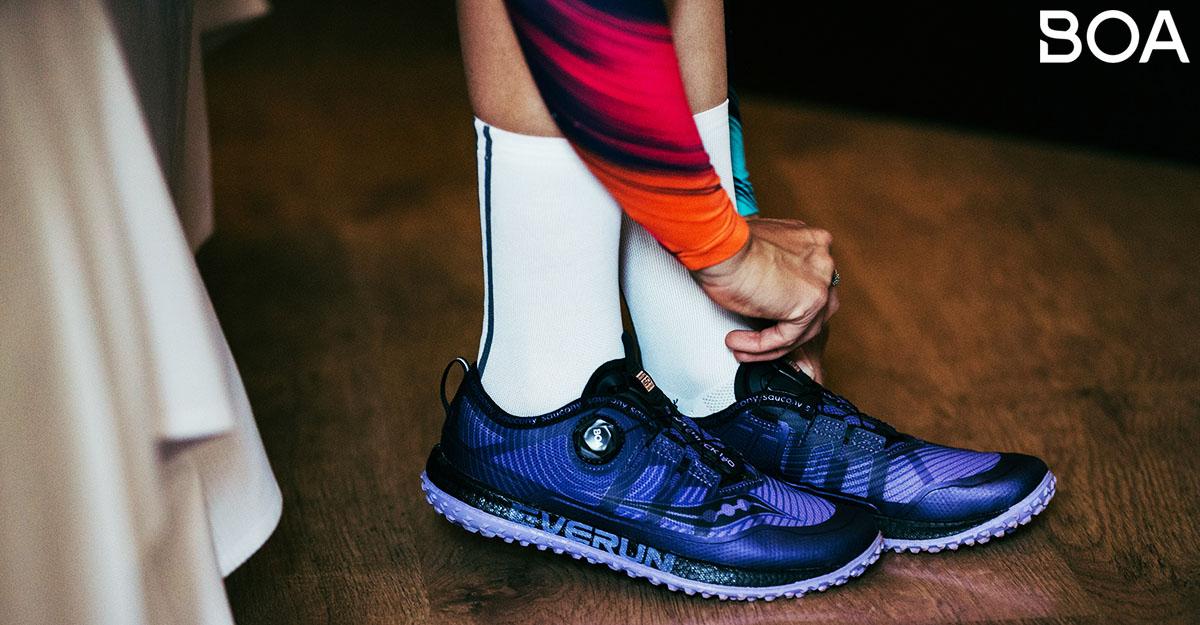 L'atleta che sistema le scarpe con rotella Boa 2020