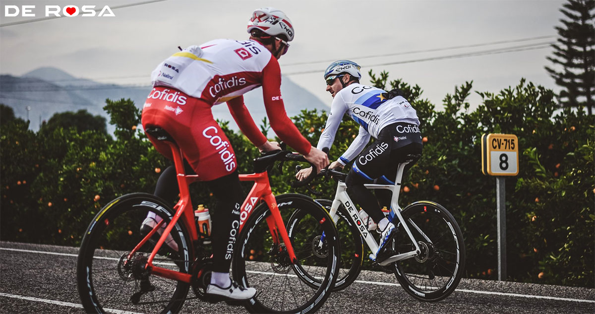 Elia Viviani che pedala con la De Rosa SK Pininfarina Disc 2020
