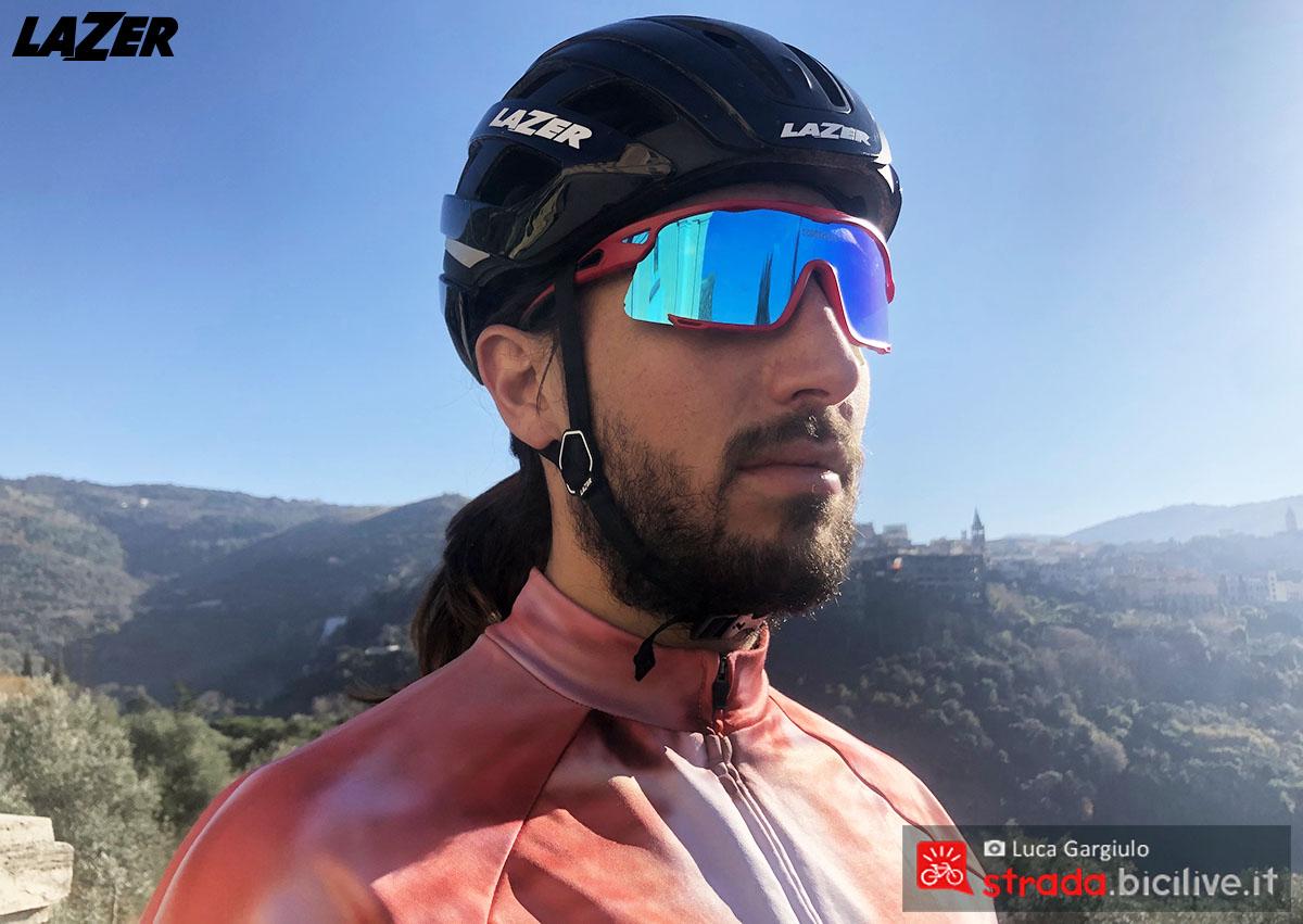 Il casco Lazer Century indossato da un ciclista