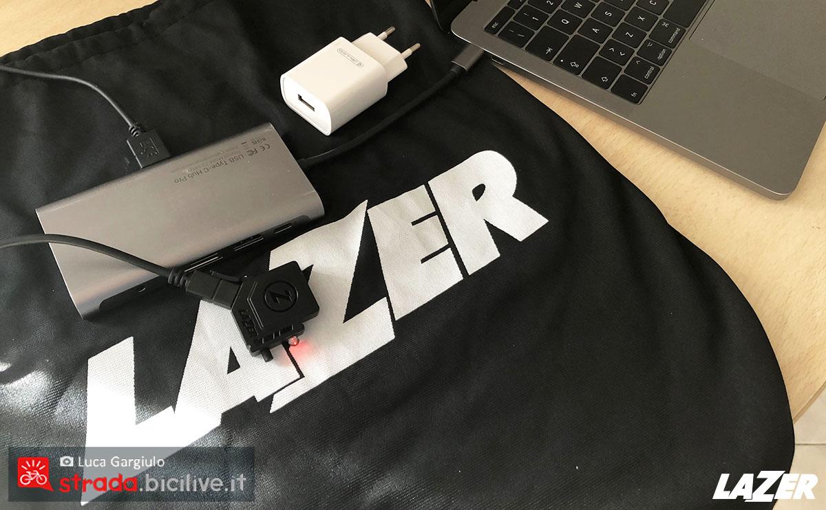 Viene ricaricata la batteria a LED del casco Lazer Century 2020