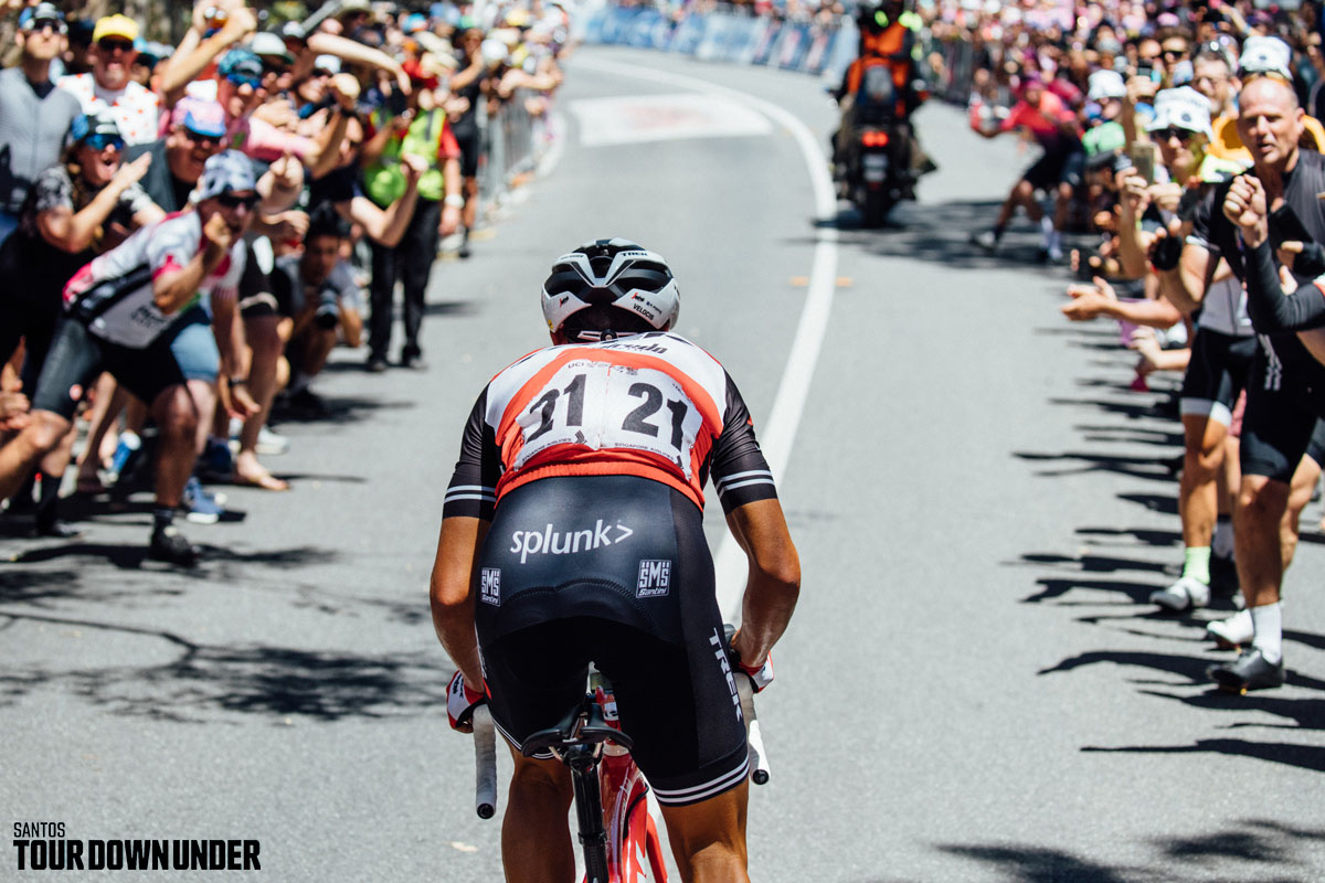 Il ciclista Richie Porte che affronta la salita alla Santos Tour Down Under 2020