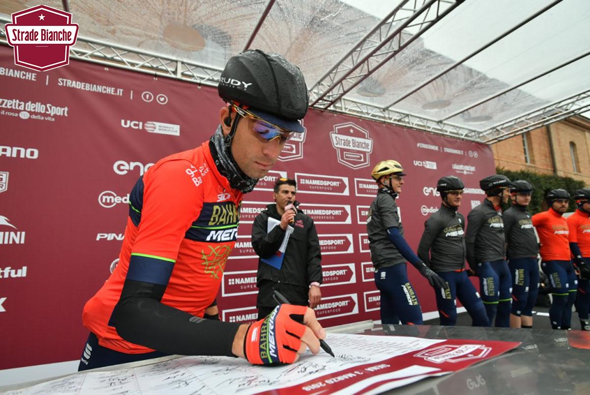 Il corridore Vincenzo Nibali partecipa alla gara Strade Bianche 2020