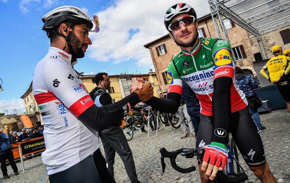 La stretta di mano prima della partenza della gara Tirreno-Adriatico tra Elia Viviani e Fernando Gaviria