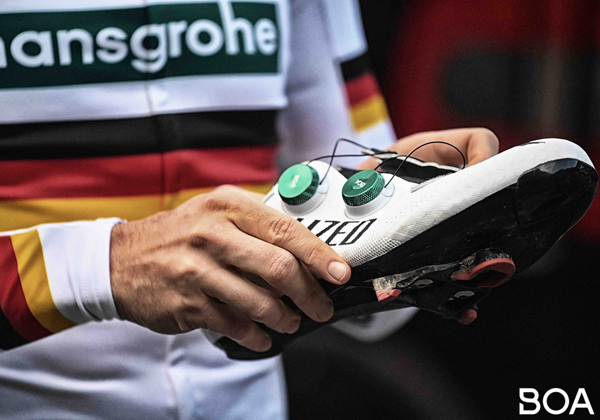 Il velocista Pascal Ackermann che stringe le scarpe Specialized con rotella Boa 2020