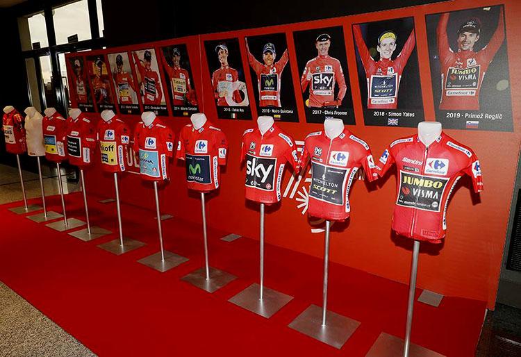 La foto con tutte le maglie rosse dei vincitori della Vuelta di Spagna