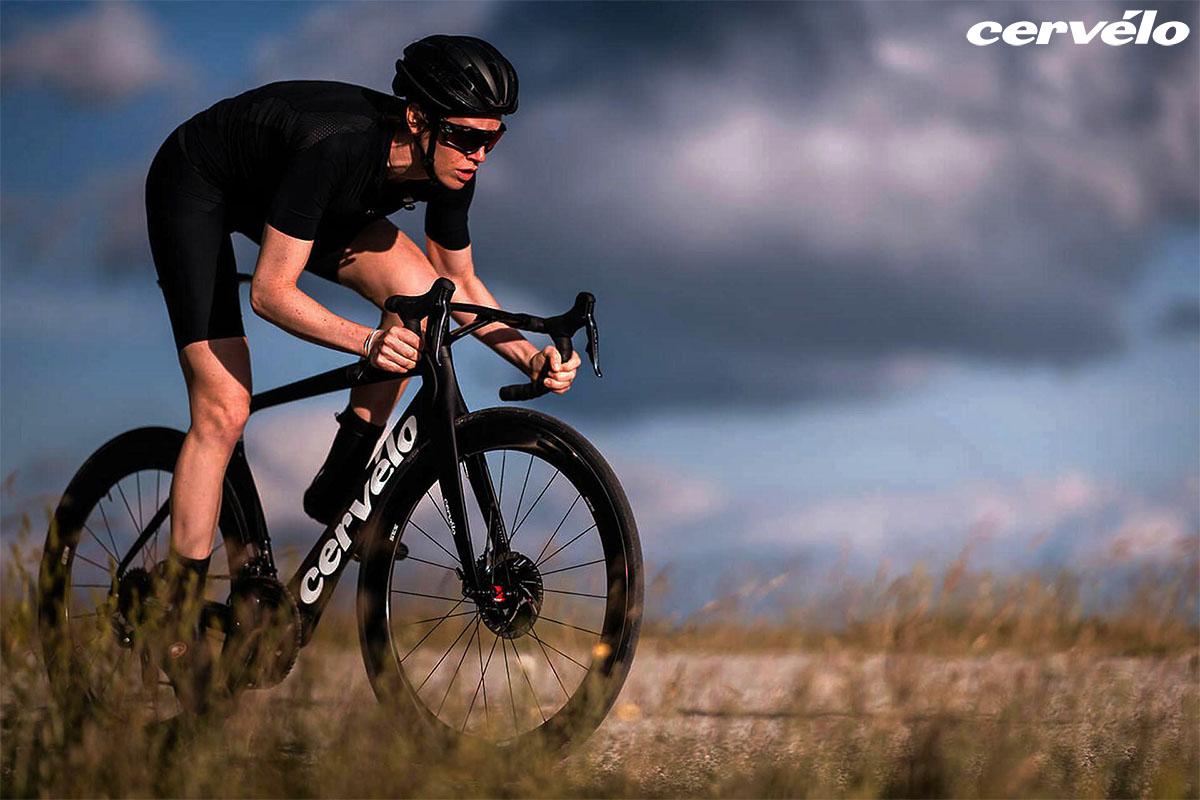 Atleta che pedala con bici Cervélo 2020