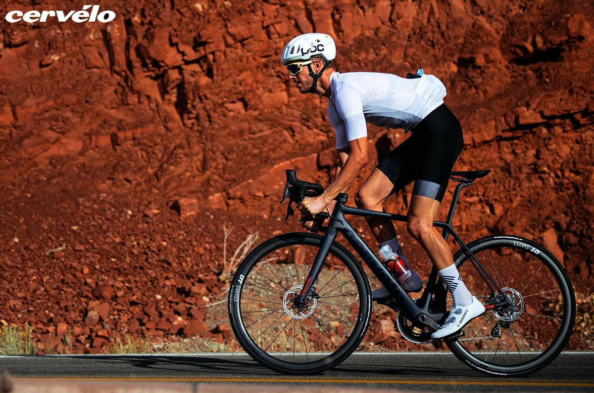 Un ciclista che pedala con bici Cervélo 2020