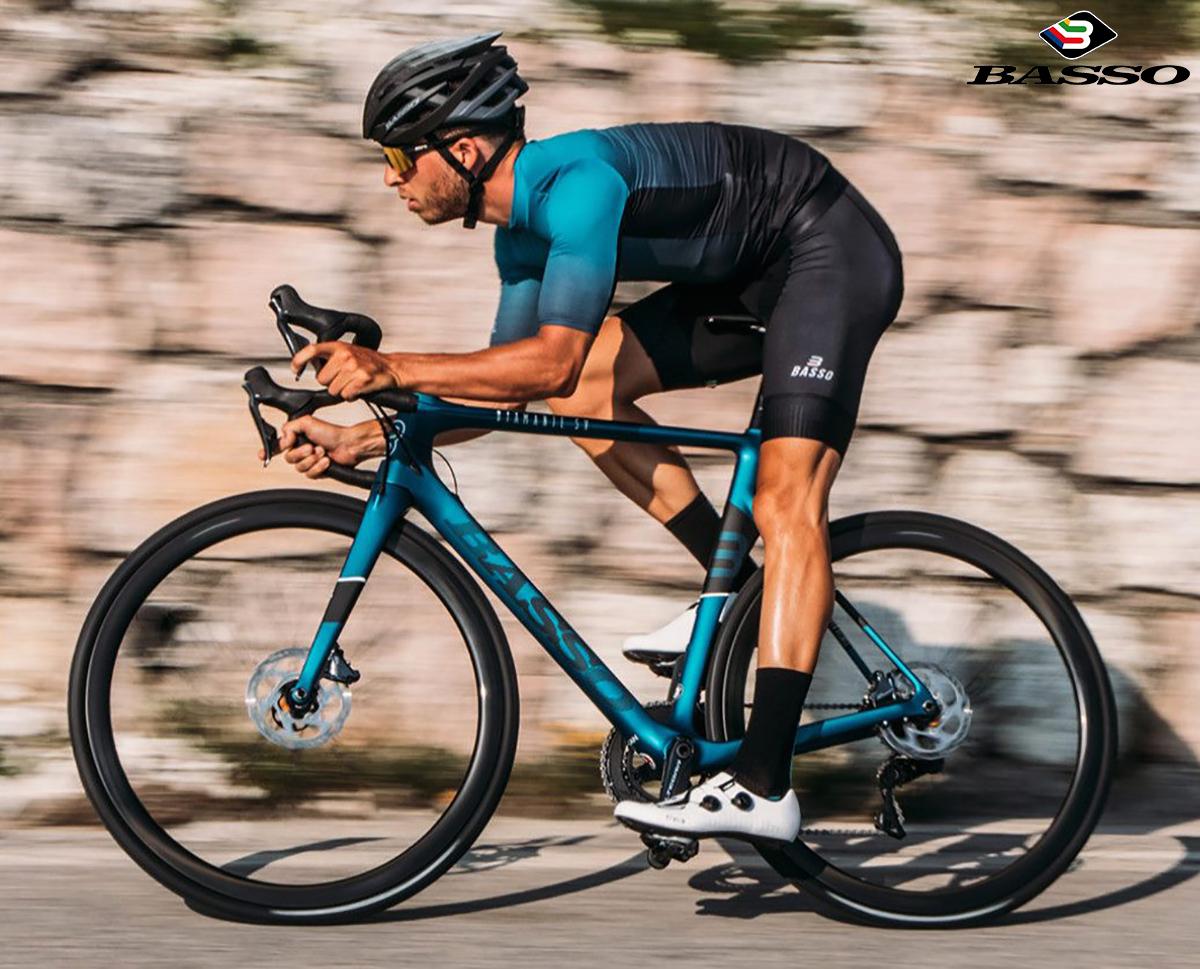 Il ciclista che pedala con la bici Basso Diamante SV 2020