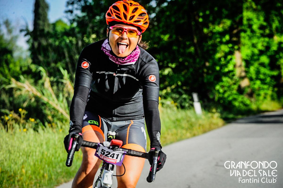 La linguaccia birichina di una ciclista contenta in gara alla GF Via del Sale Fantini Club