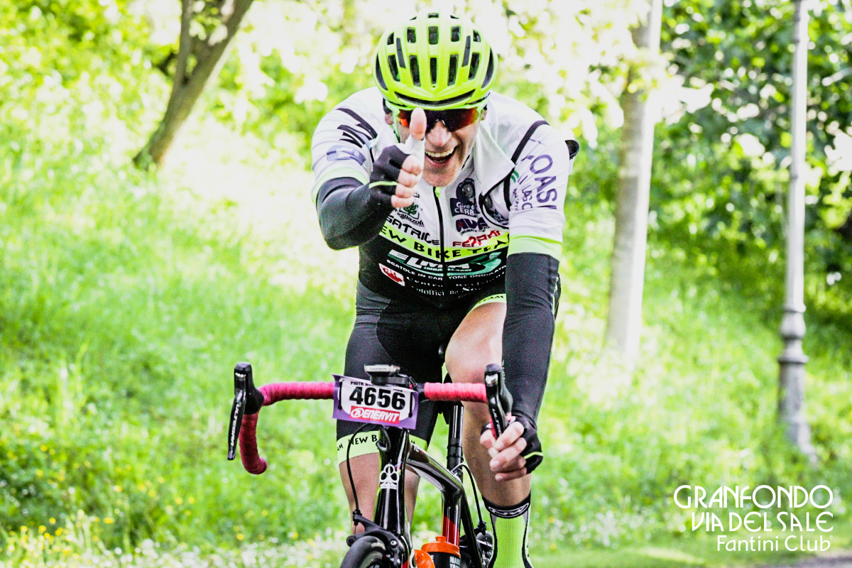 Ciclista felice in gara alla GF Via del Sale Fantini Club