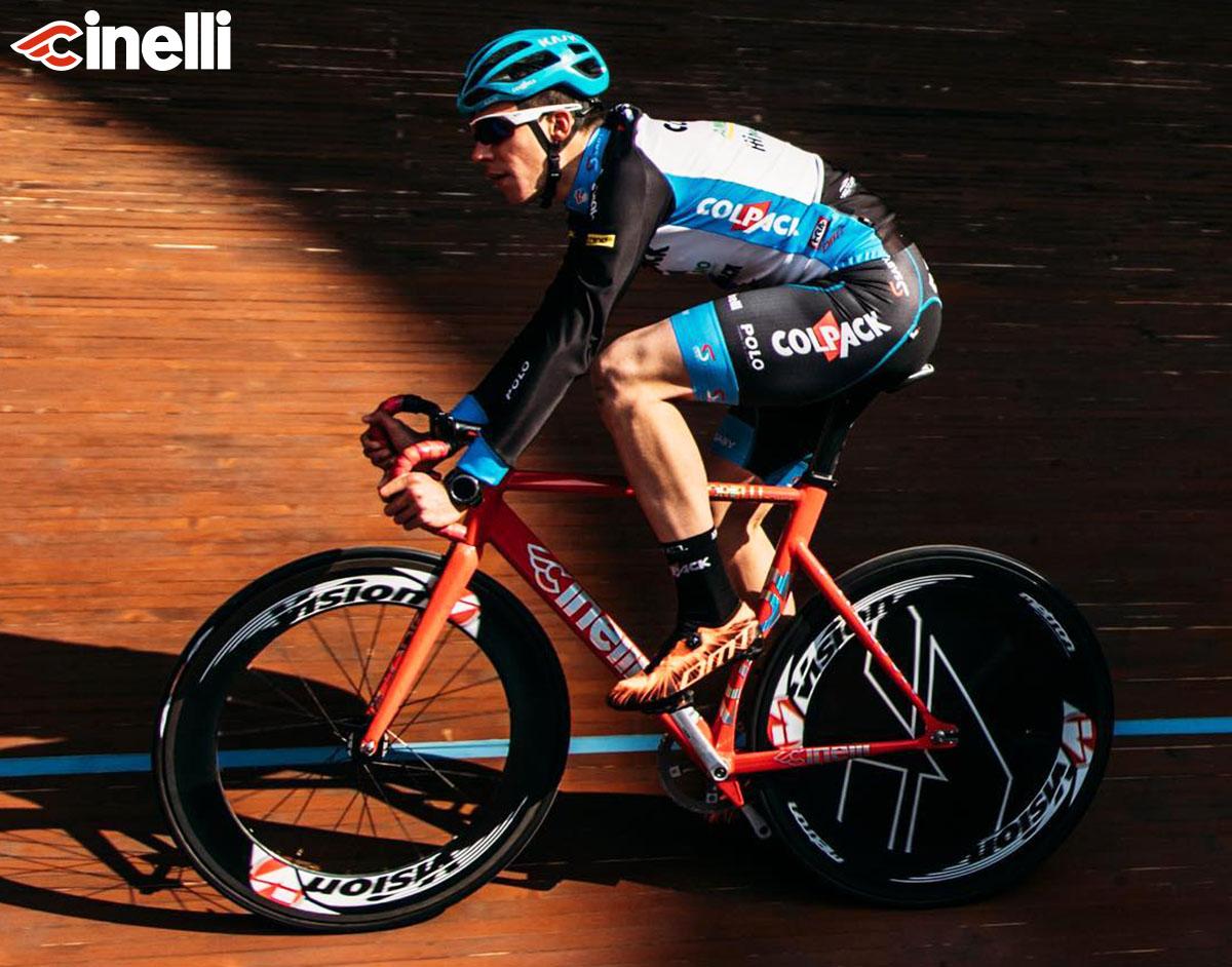 Un atleta che pedala con velodromo con bici Vigorelli